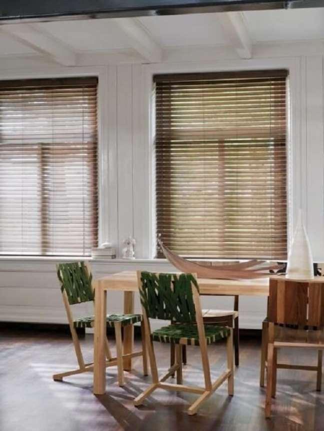 12. A persiana de madeira agrega ainda mais valor na decoração rústica do imóvel. Fonte: Pinterest