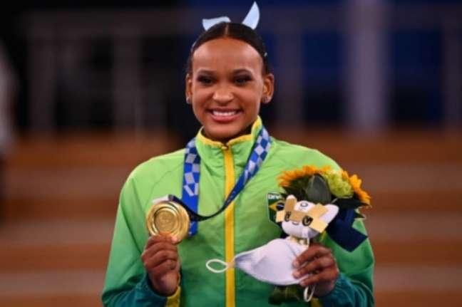 Rebeca Andrade conquistou duas medalhas: ouro e prata (Foto: LOIC VENANCE / AFP)
