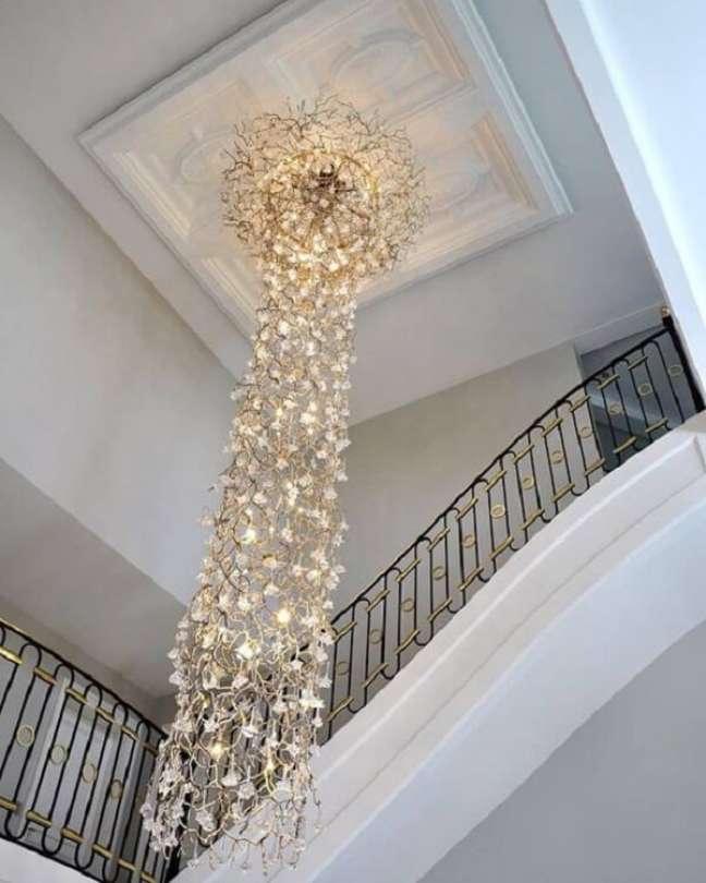 42. Esse modelo de lustre para escada é uma verdadeira obra de arte. Fonte: Pinterest