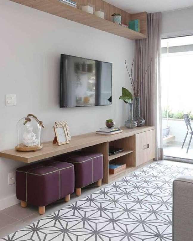 29. Decoração de sala de TV com puff banqueta quadrado – Foto: Pinterest