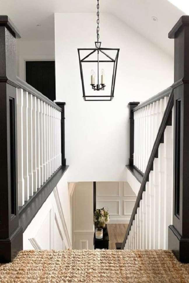 43. Inove na decoração e aposte em lustre para escada com design diferenciado. Fonte: Pinterest