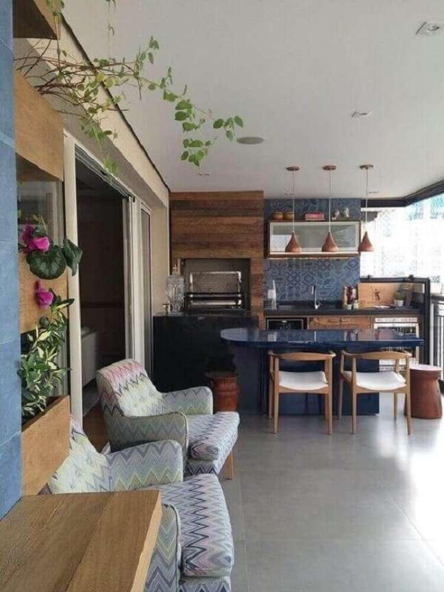 55. Poltrona estampada para decoração de apartamento com varanda gourmet – Foto: Pinterest