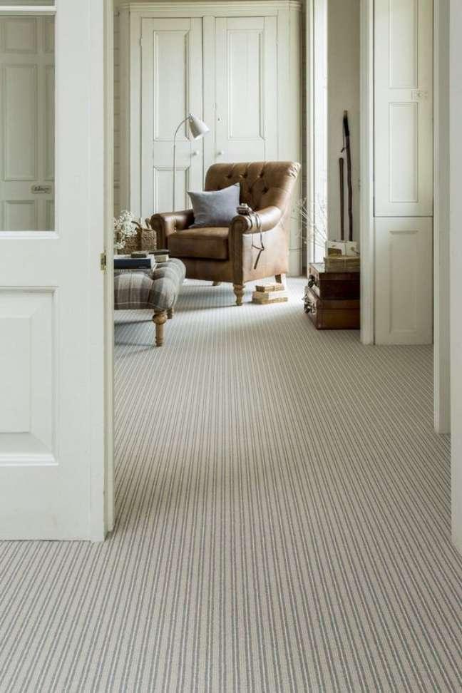 34. Carpete para sala em bege com móveis de couro – Foto House Beautiful