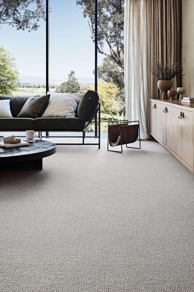 2. Carpete para sala bege com móveis preto – Foto Godfrey Hirst