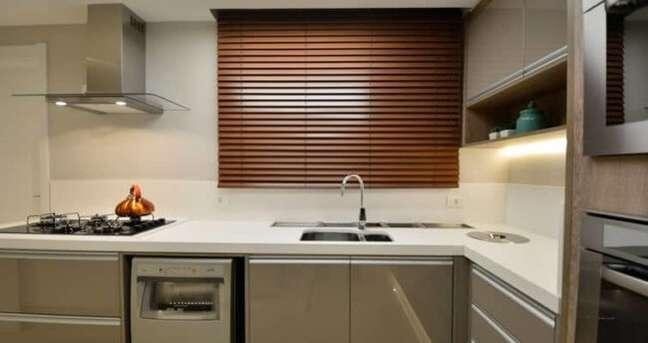 26. A persiana de madeira pode inclusive fazer parte da decoração da cozinha. Fonte: Pinterest