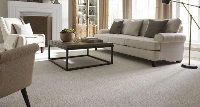 36. Carpete para sala em tons de bege com decoração clássica – Foto JC Decor