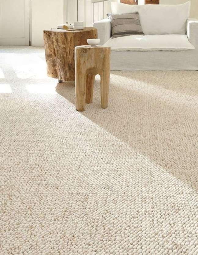 4. Carpete para sala bege com móveis de madeira – Foto Elle Decoration