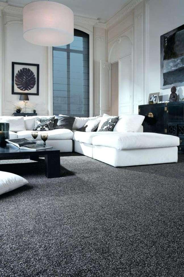 9. Carpete para sala cinza com sofá branco – Foto Pinterest