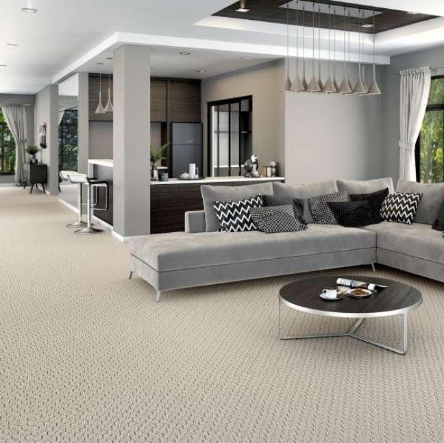 50. Carpete para sala bege com sofá cinza moderno – Foto GF Premium
