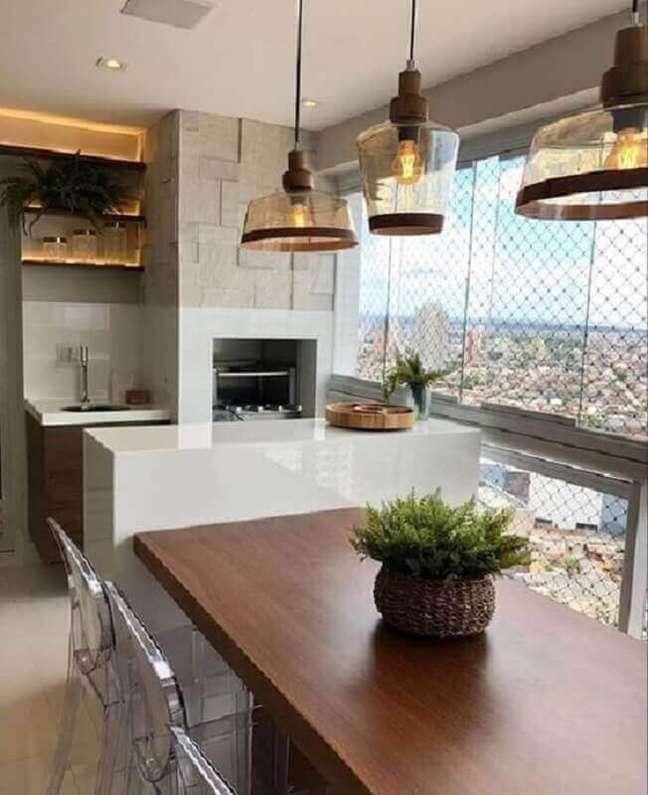 43. Luminária de vidro e churrasqueira para decoração de varanda gourmet para apartamento pequeno – Foto: Pinterest