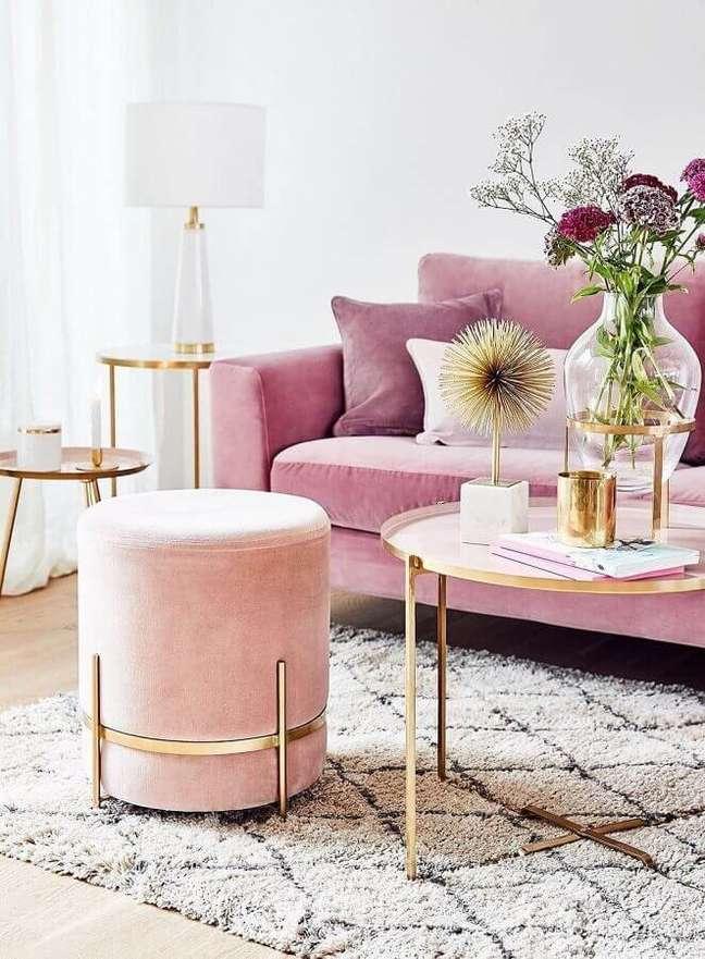 31. Decoração de sala rosa com puff banqueta redondo moderno – Foto: Estúdio Carolina Nogueira