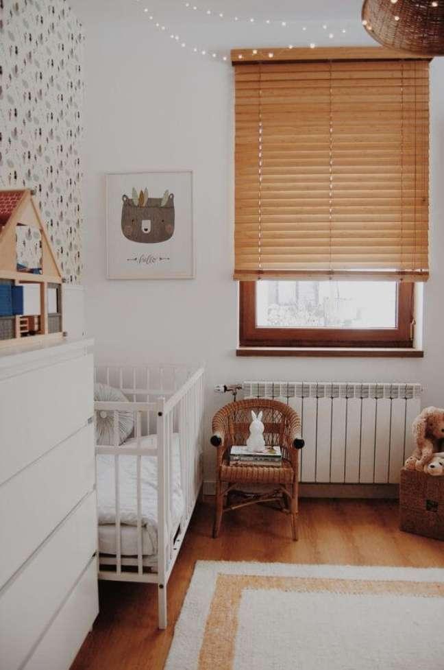 6. Inove na decoração e use persiana de madeira para quarto de bebê. Fonte: Pinterest
