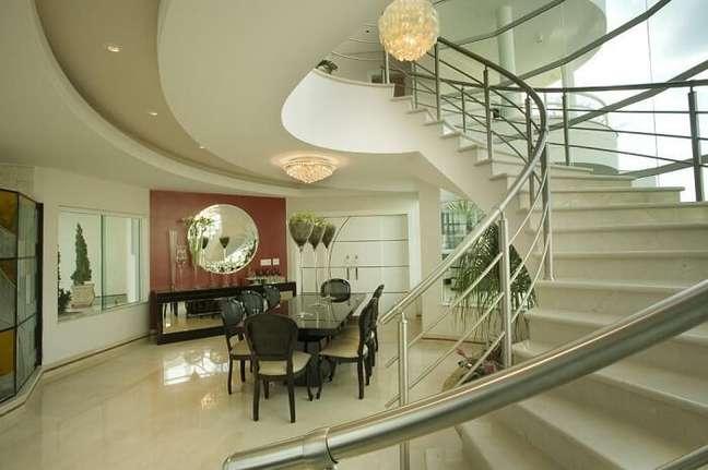47. A escolha de lustre para escada não elimina a necessidade de mais iluminação no ambiente. Projeto de Aquiles Nicolas Kílaris
