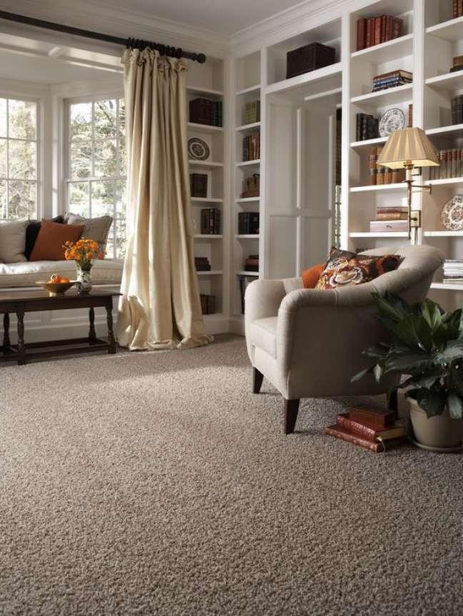 21. Carpete para sala com estante e móveis confortáveis – Foto Martin Residence