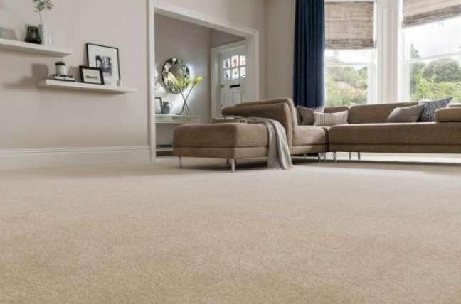 25. Carpete para sala com sofá caramelo – Foto Lira Luz Decor