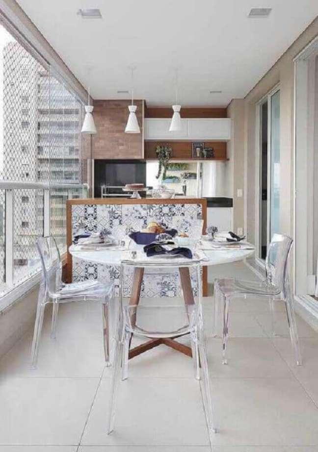 26. Cadeira transparente para decoração de apartamento com varanda gourmet – Foto: Pinterest