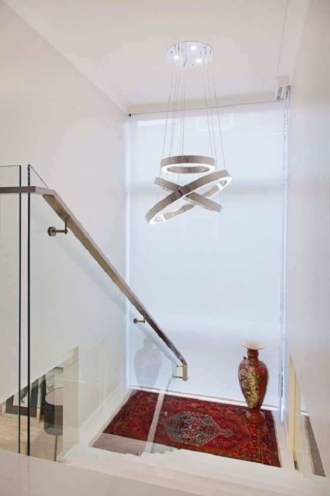 16. O lustre para escada moderno chama a atenção na decoração do projeto. Fonte: Homify BR