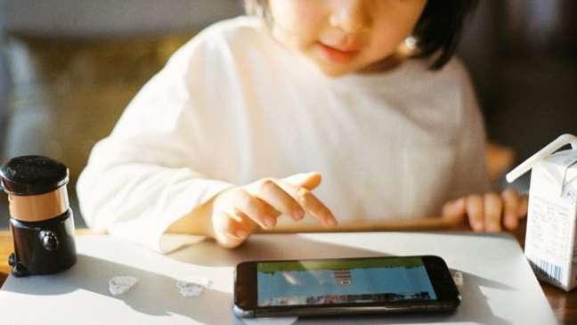Criança jogando no celular