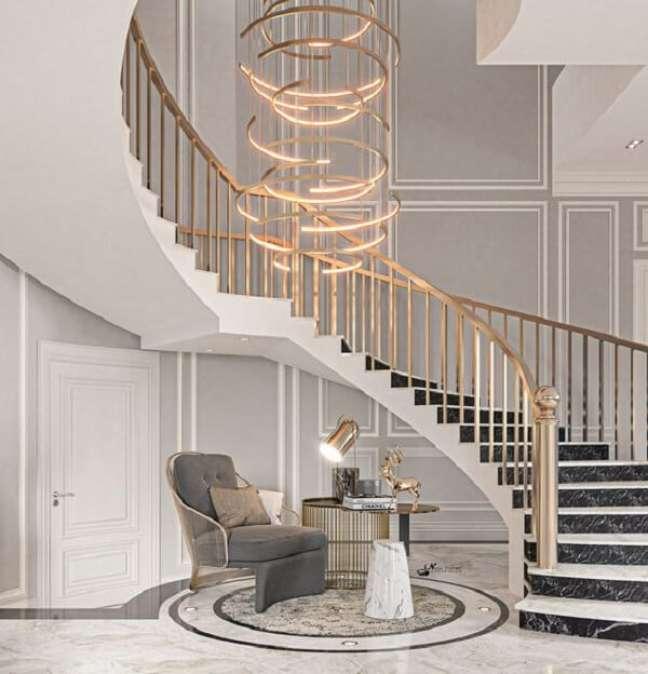 12. Os arcos do lustre para escada formam uma obra de arte suspensa. Fonte: Pinterest