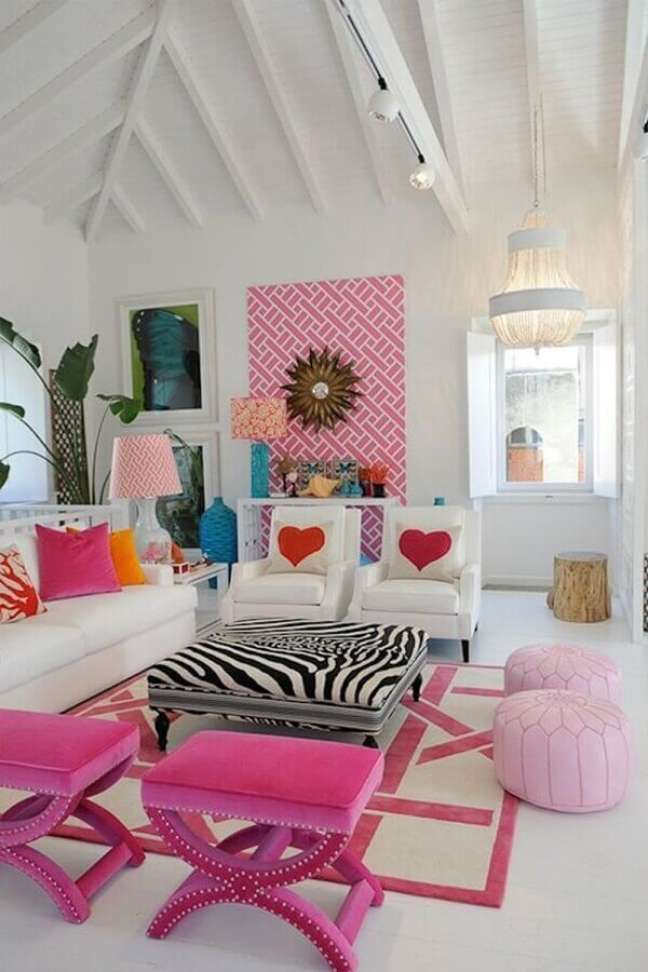 14. Banqueta puff rosa para decoração de sala branca com detalhes coloridos – Foto: Pinterest