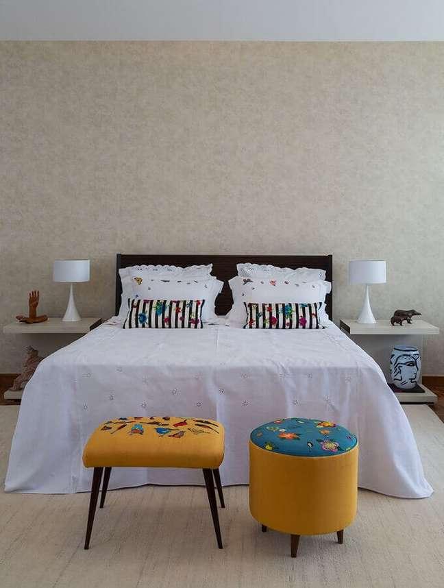 9. Decoração simples com puff banqueta para quarto de casal – Foto: Jeito de Casa