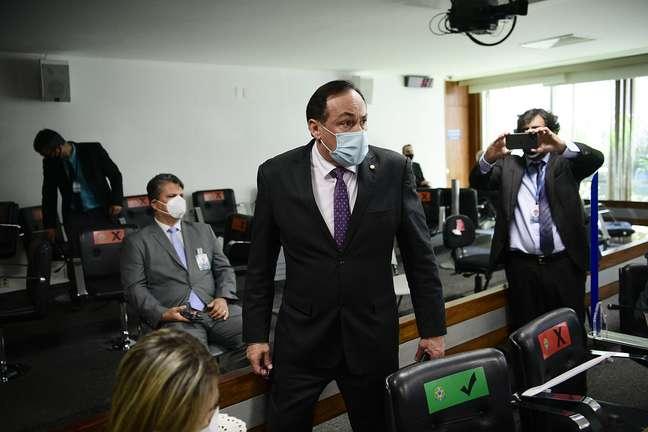 Deputado federal Reinhold Stephanes Junior é retirado da sala