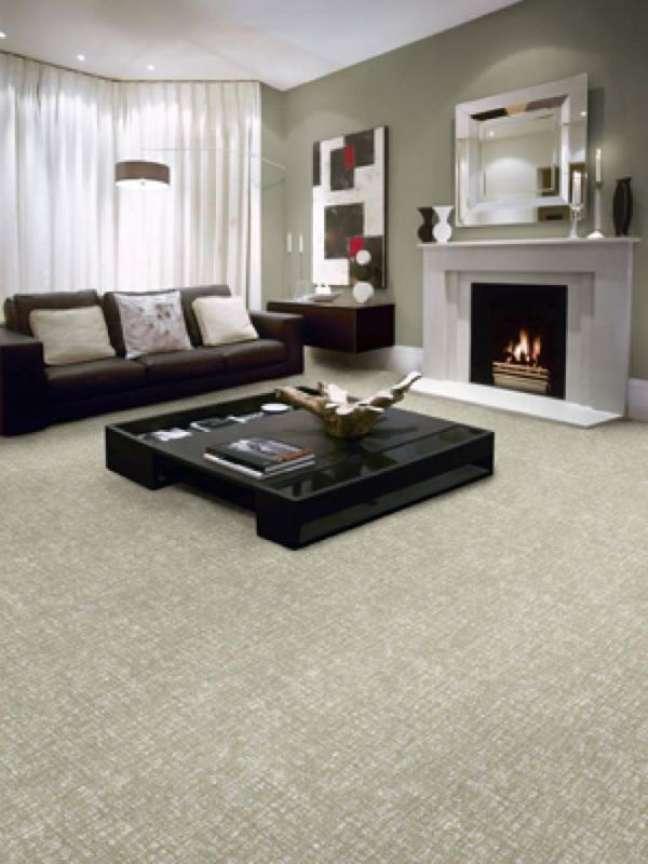 15. Carpete para sal com móveis pretos e lareira – Foto Diy Network