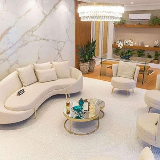 51. Carpete para sala branca e sofá redondo – Foto Decorações Berlin