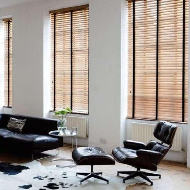 10. A faixa preta da persiana de madeira se conecta com os demais móveis do ambiente. Fonte: Pinterest
