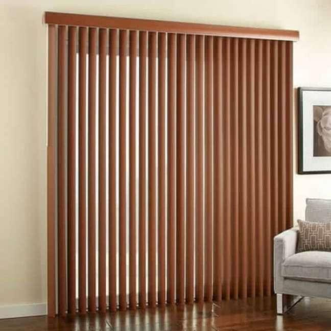 37. Modelo de persiana de madeira vertical decora o ambiente. Fonte: Pinterest