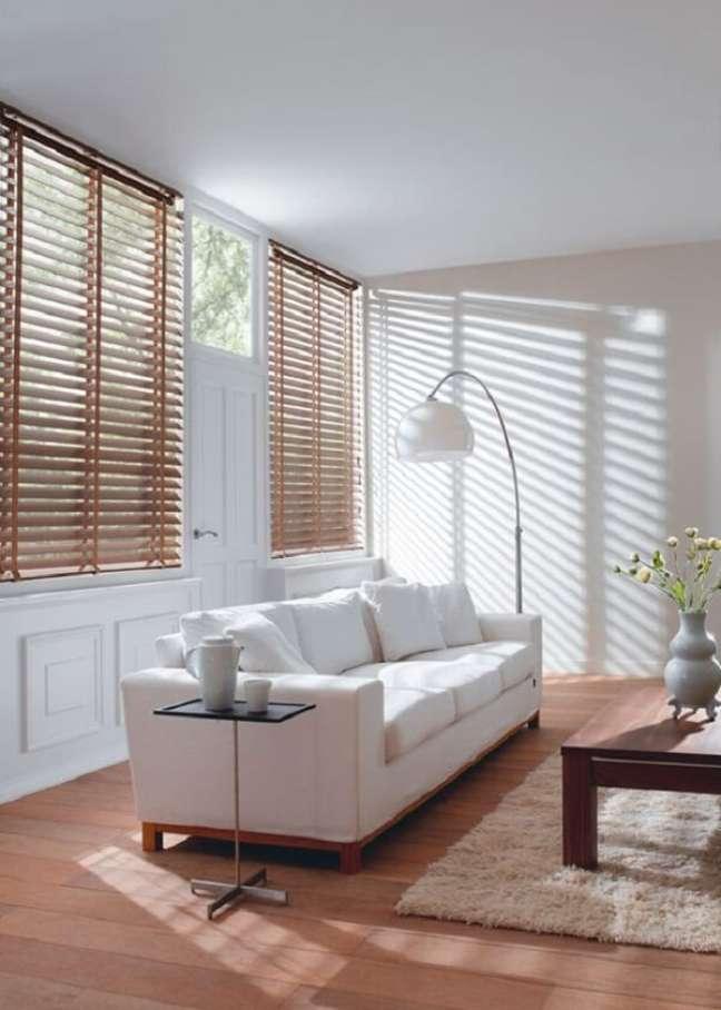 47. Sofá branco e persiana de madeira para sala decoram o espaço. Fonte: Pinterest