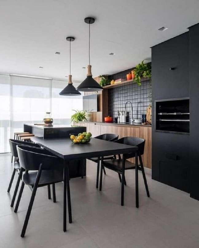 62. Varanda gourmet para apartamento moderno decorado com móveis pretos com madeira – Foto: Jeito de Casa