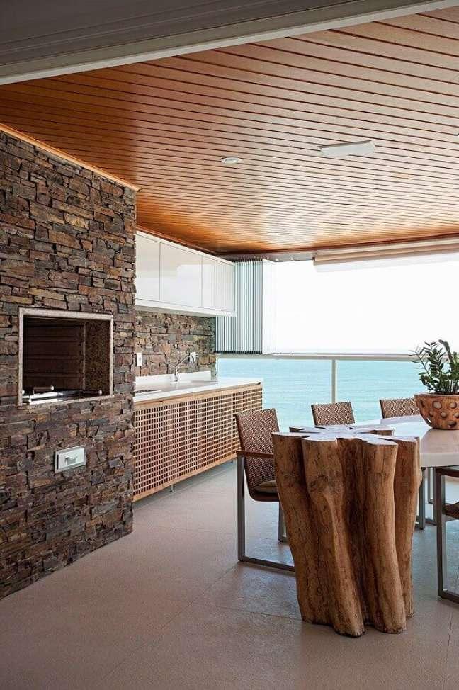 4. O revestimento de pedra é ideal para trazer um ar rústico para a decoração de apartamento com varanda gourmet – Foto: Home Fashion Trend