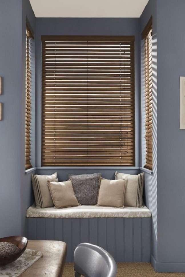 30. A persiana de madeira traz um toque de sofisticado ao espaço. Fonte: Pinterest