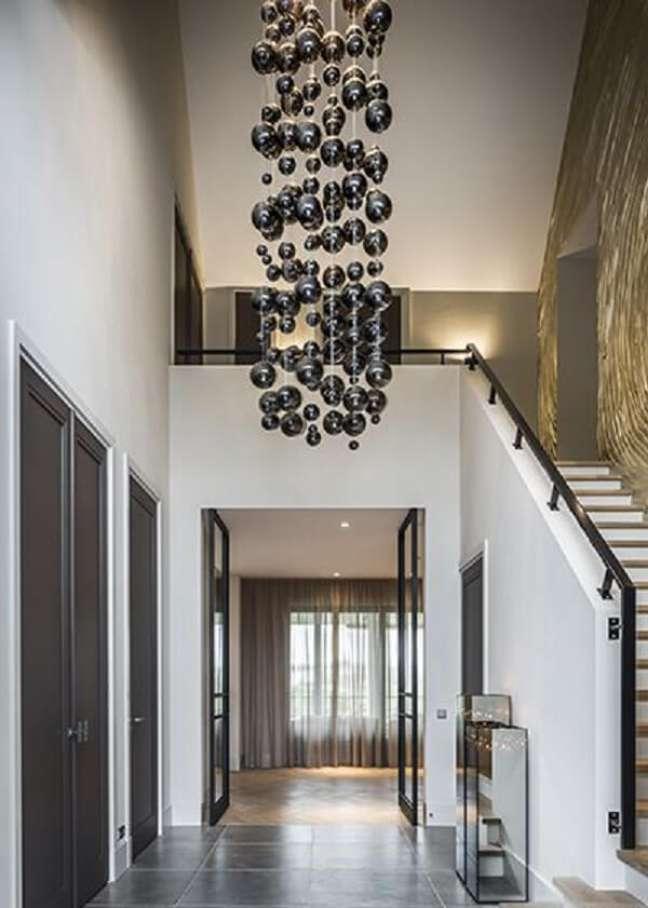 11. O tipo de lustre para escada escolhido torna o ambiente diferente. Fonte: Pinterest