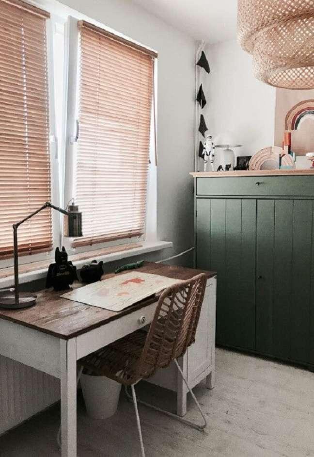 24. A persiana de madeira para quarto minimiza a intensidade de luz sobre a escrivaninha. Fonte: Pinterest
