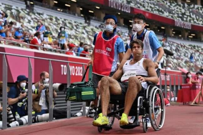 Thomas Van der Plaetsen precisou deixar o estádio de cadeira de rodas (Foto: Ben STANSALL/AFP)