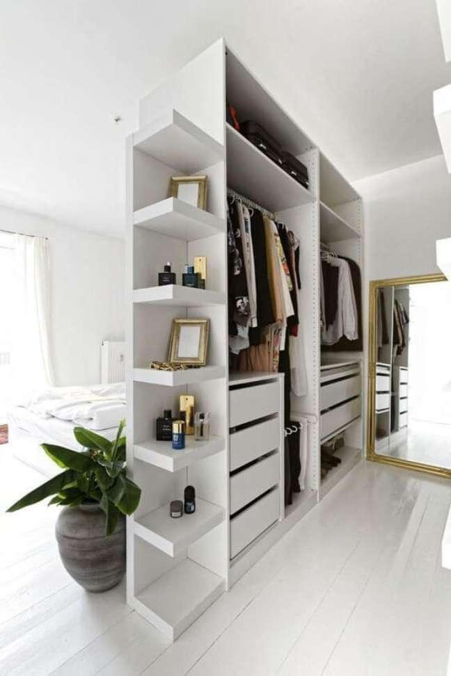 9. Quarto com closet de gesso e espelho – Foto Pinterest
