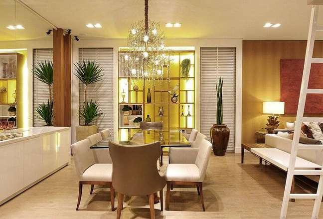7. Carpete para sala de jantar de madeira e decoração luxuosa – Foto Quitete e Faria