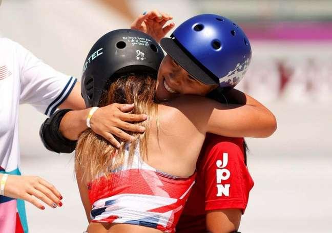 Sakura Yosozumi recebe abraço de Sky Brown. Ambas são medalhistas no skate park feminino (Foto: COI)