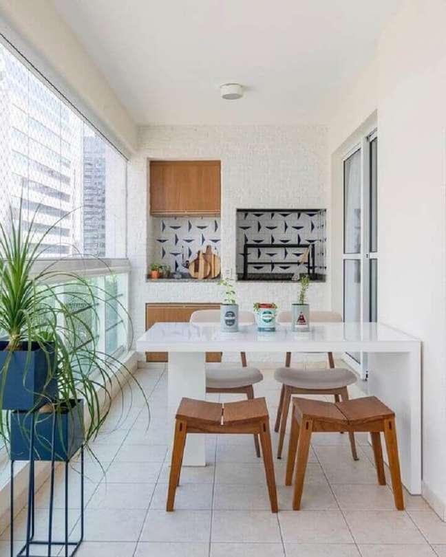 21. Banqueta de madeira para decoração de apartamento com varanda gourmet toda branca – Foto: Jeito de Casa