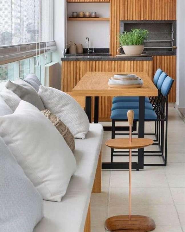 57. Revestimento de madeira para decoração moderna de apartamento com varanda gourmet – Foto: Pinterest