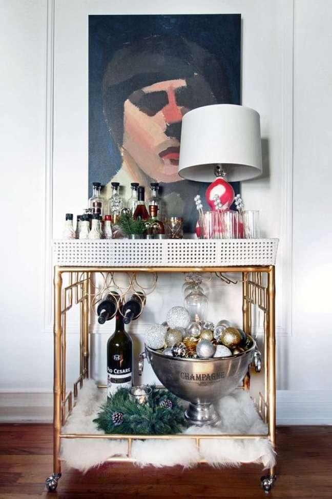 39. Aparador bar dourado na sala moderna com parede decorada com quadro e decoração de gesso na parede – Foto Hunted Interior
