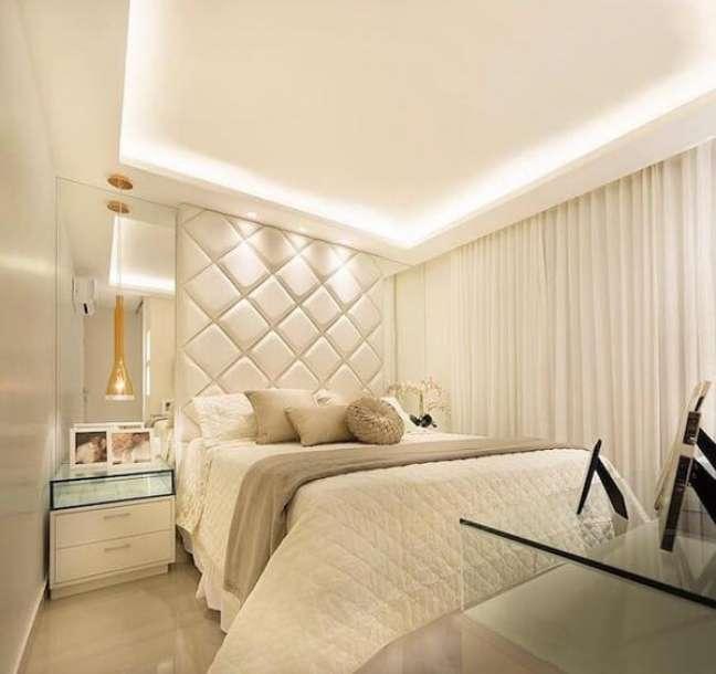50. Decoração de gesso para sala com iluminação no teto e móveis claros -Foto Casa e Festas