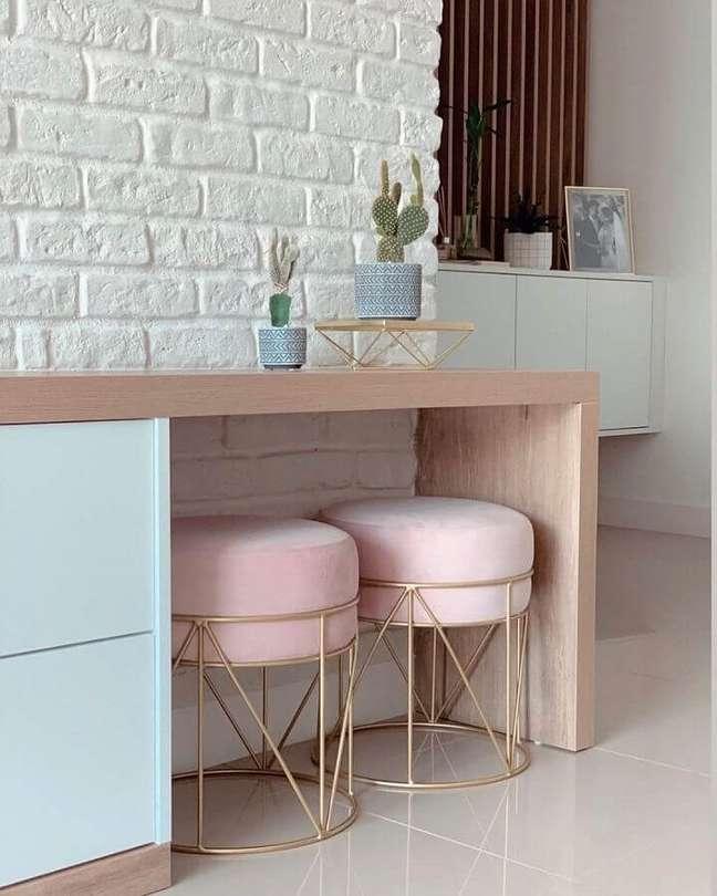 55. Sala decorada com parede de tijolinho branco e banqueta puff rosa aramada – Foto: Pinterest