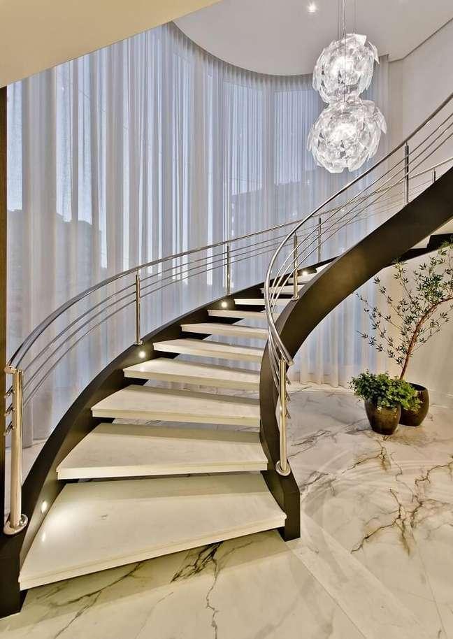 8. O lustre comprido para escada se conecta com a decoração do espaço. Projeto de Espaço do Traço Arquitetura