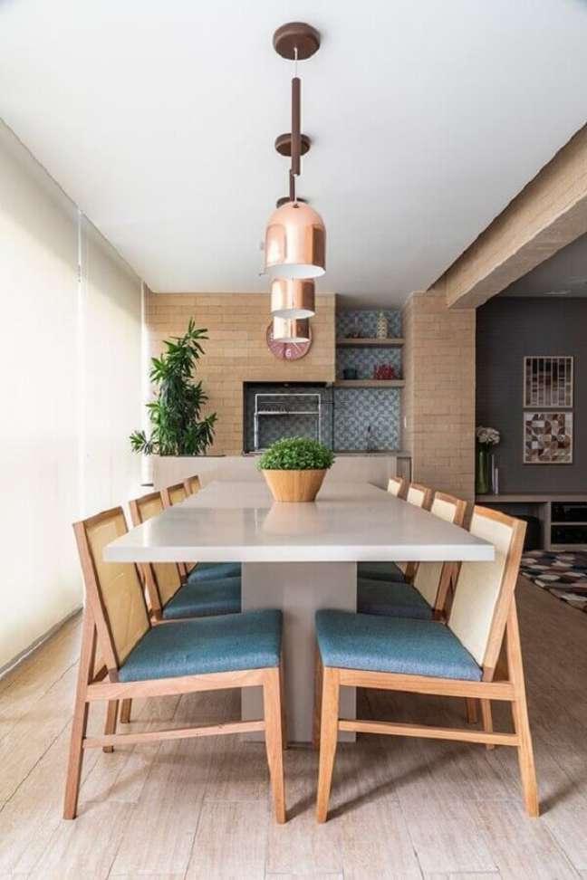 7. Apartamento com varanda gourmet decorado em cores claras com luminária pendente rose gold – Foto: Habitare