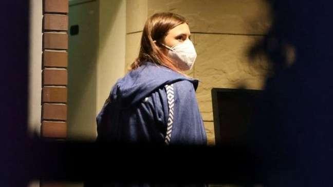 A velocista recebeu um visto humanitário da Polônia - aqui ela é fotografada do lado de fora da embaixada polonesa em Tóquio