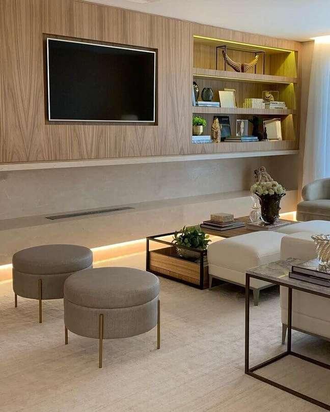 51. Puff banqueta redondo para decoração de sala de TV moderna em cores neutras – Foto: Casa de Valentina