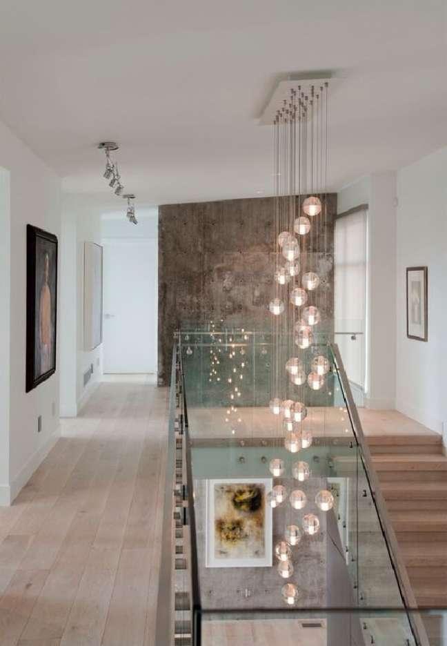 27. Modelo de lustre para escada comprido. Fonte: Pinterest